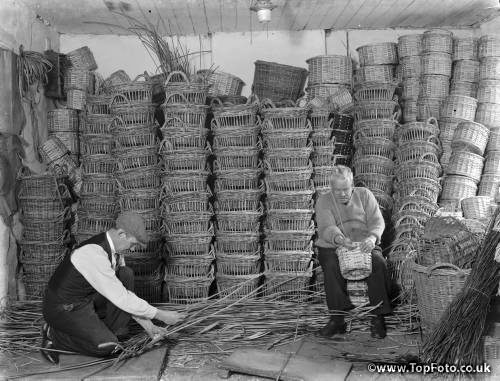 Making fruit and vegetable baskets in Swanley , Kent . 1937